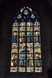 Målat glassfönster i det kyrkliga helgonet Walburga Arkivfoto