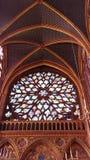 Målat glassfönster i gotisk domkyrka arkivfoto