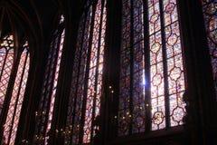 Målat glassfönster i La Sainte-Chapelle i Paris arkivfoto