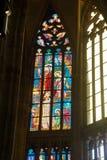 Målat glassfönster i St Vitus Cathedral Royaltyfri Foto