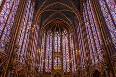 Målat glassfönster inom Sainten Chapelle ett kungligt medeltida kapell i Paris, Frankrike arkivbild