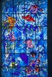 Målat glassfönster med design av Marc Chagall, Marc Chagall Museum, Nice, Frankrike arkivfoto