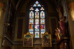 Målat glassfönster på den katolska domkyrkan Arkivbilder