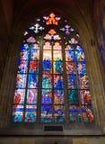 Målat glassfönster på den katolska domkyrkan Arkivfoto