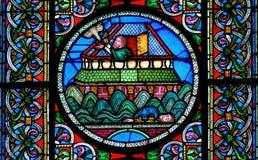 Målat glassfönster som visar byggnaden av den Noahs tillflykten Royaltyfria Bilder