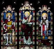 Målat glassfönster som visar Joshua, Moses och Haron i helgonet Nicholas Church, Arundel, Västra-Sussex som förenas fotografering för bildbyråer