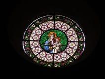 Målat glassfönster som visar Maria Arkivfoton
