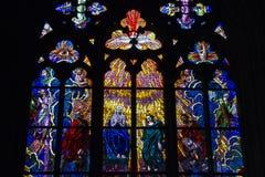 Målat glassfönster, St Vitus Cathedral, Prague, Tjeckien Arkivbilder