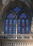 Målat glasskapell på Notre Dame de Bayeux, Frankrike Arkivbilder