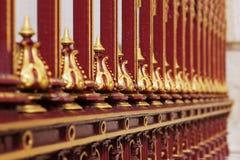 målat guld- galler för crimson dekorativt staket royaltyfria foton