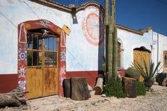 Målat hus i mineraliska de Pozos Mexico royaltyfri fotografi