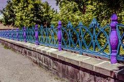 Målat i ett färgrikt trädgårds- staket royaltyfria foton