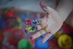 Målat i ljusa färger med behandla som ett barn handen eller fingrar royaltyfri foto