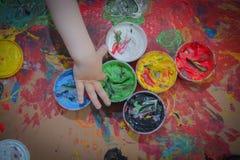 Målat i ljusa färger med behandla som ett barn handen eller fingrar fotografering för bildbyråer