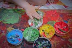 Målat i ljusa färger med behandla som ett barn handen eller fingrar arkivfoto