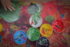 Målat i ljusa färger med behandla som ett barn handen eller fingrar arkivbilder