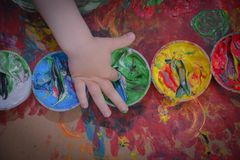 Målat i ljusa färger med behandla som ett barn handen eller fingrar arkivfoton