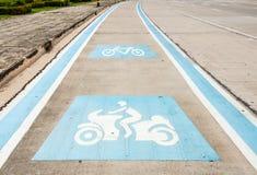 Målat motorcykel- och cykelsymbol Arkivfoton