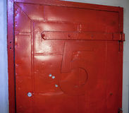 Målat rött för tappning dörr med nummer fem Arkivbild