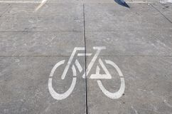 Målat tecken på en cykelbana Arkivbilder