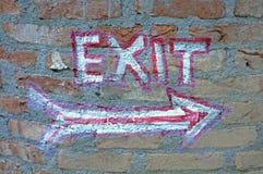 Målat utgångstecken på väggen Fotografering för Bildbyråer