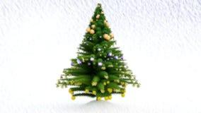Målat växa upp julgranen med garneringar och snö stock video