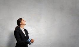 Mållös kvinna med trötta händer Blandat massmedia royaltyfri bild