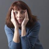 Mållös 50-talkvinna som uttrycker överraskning och skräck Arkivfoton
