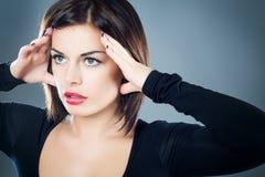 Målmedveten brunettflicka med stark blick Royaltyfri Bild