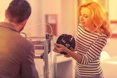 Målmedveten härlig kvinna som hjälper processen, genom att linda av tråden arkivfoto