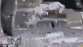 Målning av bildetaljer vid robotic maskiner, täckande bilkropp stock video