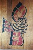 Målning av en uggla på Wood paneler Arkivfoto