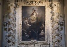 Målning av uppstigningen av Madonna och barnet ovanför ett av altarna, basilikadi Santa Croce royaltyfri foto