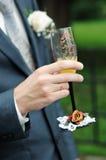 målning för holding för champagneexponeringsglasbrudgum Royaltyfria Foton