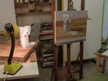 Målning för konstrumstilleben och skärm av sockerobjekt på en tabell med ljus royaltyfria bilder