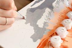 Målning för ung kvinna vid nummer Royaltyfria Bilder