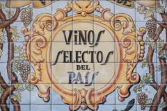 Målning i vilket är lästa utvalda viner av landet på tegelplattorna av yttersidan av en stång royaltyfria bilder