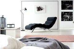 Målning- och chaisevardagsrum arkivfoton