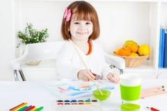 Målning och le för flicka arkivbild