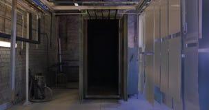målningbås på fabriken kamera för att måla för detaljer Sprutmålningsfärgbås för fartyg målarfärgbåstillverkning flyttning arkivfilmer