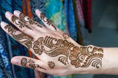 Målninghennadeg på kvinnas hand arkivfoto
