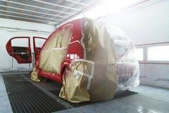 Målningprocess i bilservice Arkivfoton