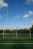 Målstolpen och fotboll förtjänar arkivbilder
