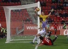 Målvakt av Real Valladolid som stoppar ett mål i en match Royaltyfria Foton