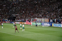 Målvaktförsvar @Gelsenkirchen fotbollstadion Arkivfoto