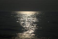 Mån- bana på havet Royaltyfri Bild