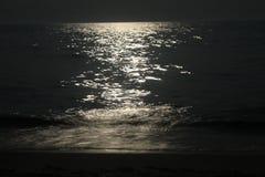 Mån- bana på havet Royaltyfri Foto