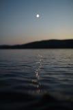 Mån- bana på vattnet Royaltyfri Foto