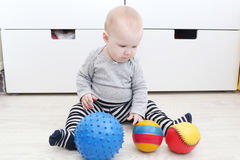 6 månad behandla som ett barn flickalekbollar Royaltyfri Foto