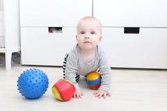 6 månad behandla som ett barn flickan med bollar Royaltyfri Bild